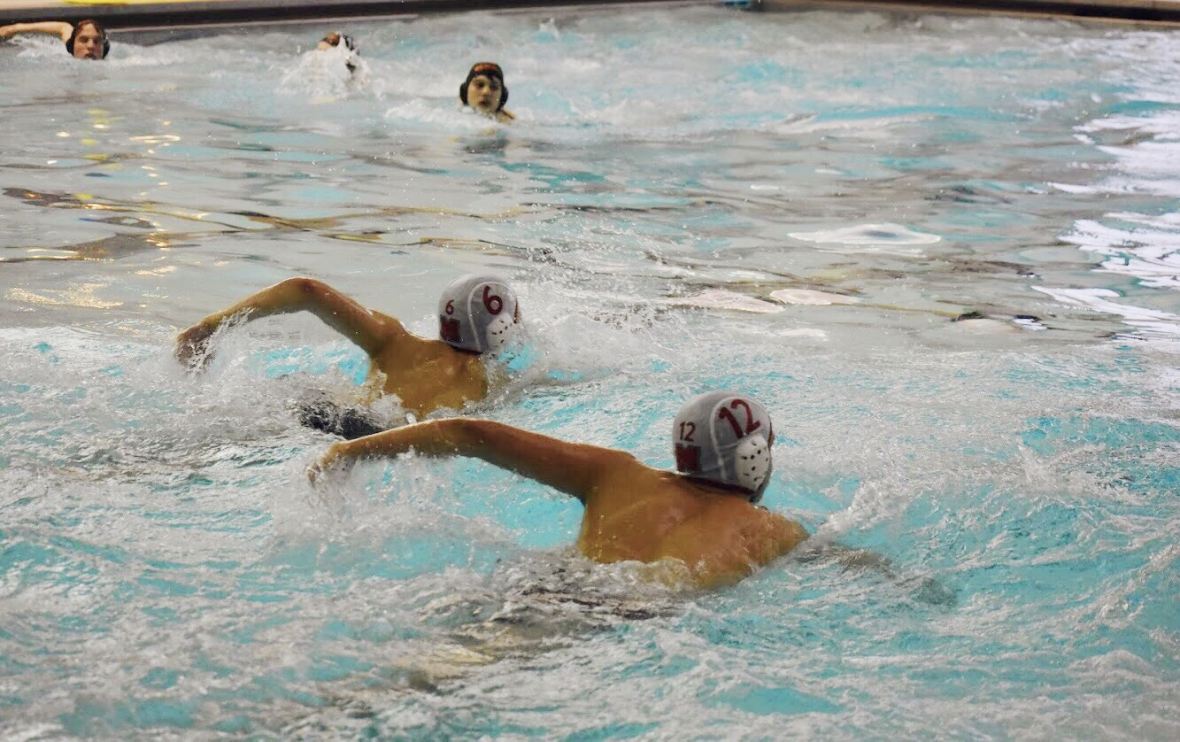 Mundelein+teammates+swim+towards+the+ball+at+the+beginning+of+the+second+quarter.
