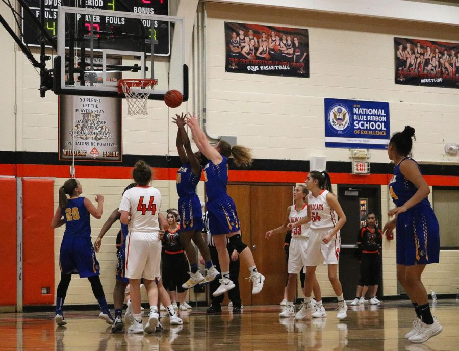Warren tries to regain the lead down 11, with the score 29-40 Libertyville.