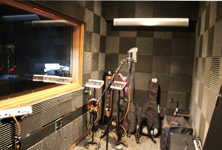 In the recording area, there is a microphone, guitars and other sound equipment. Fine Arts students are currently able to record in the studio, whether it be solo or with a quartet, for example.